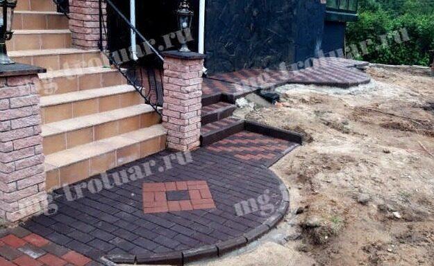 укладка тротуарной плитки Кирпич 200x100x60 мм, отмостки вокруг дома из красной и коричневой брусчатки